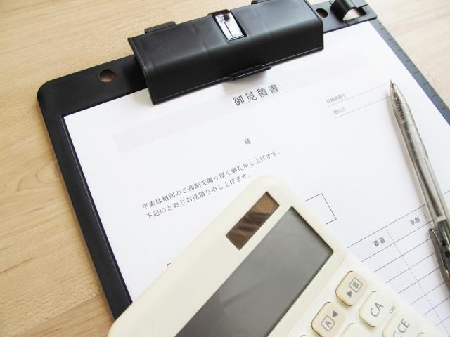 机に置かれた見積書の画像
