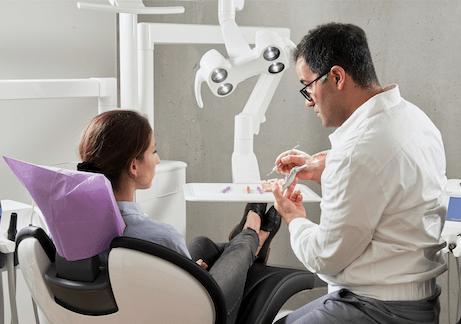 歯科クリニックの診察風景イメージ