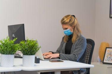 デスクに向かってPCで仕事をする女性のイメージ